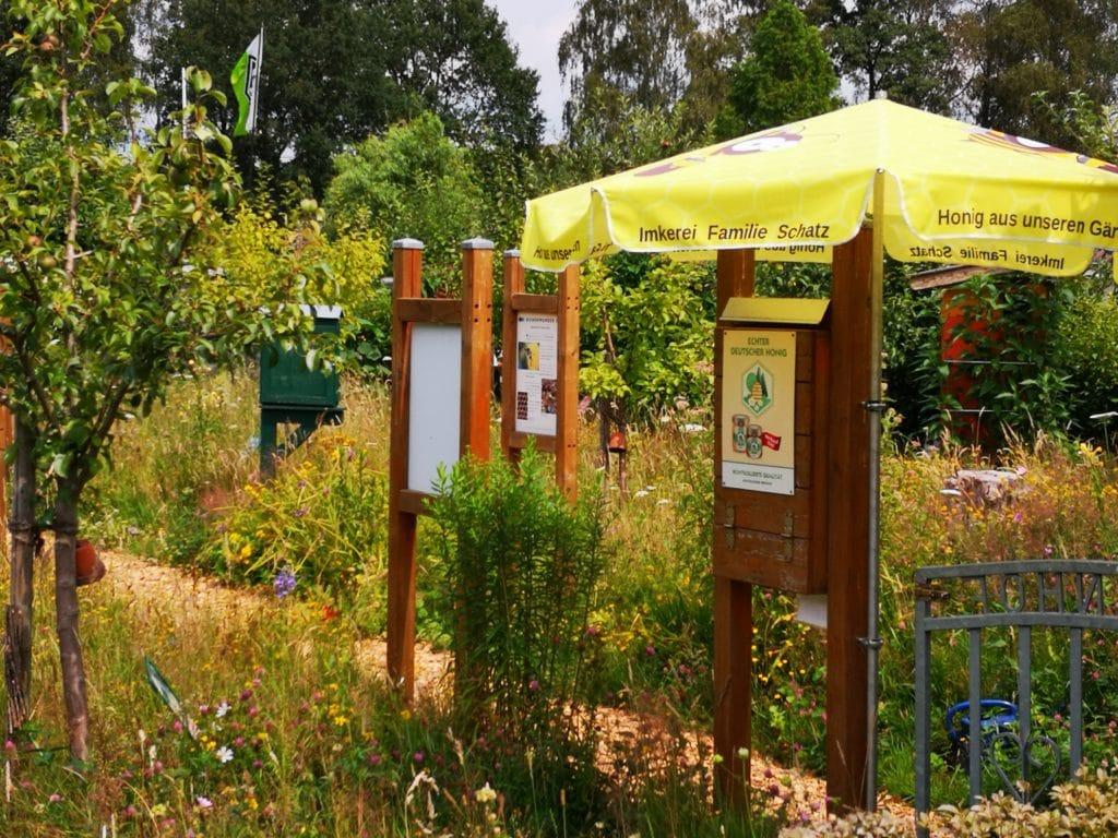 Bienengarten mit Infotafeln von Familie Schatz